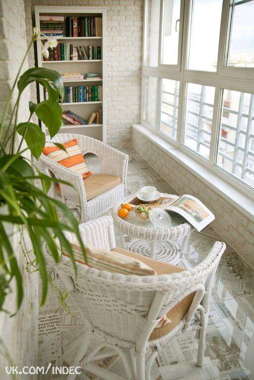 Балкон. Пол! Французские окна с небольшим бордюрчиком. Белая кирпичная кладка
