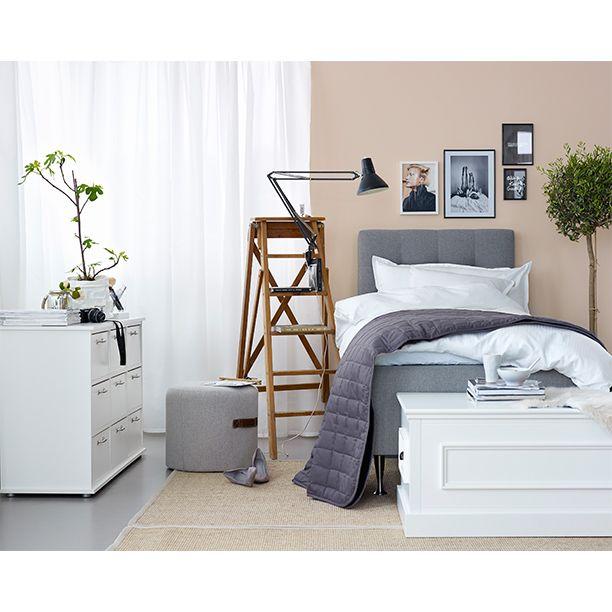 Sovrum styled by Pella Hedeby. Säng Høie resårbotten + sänggavel, byrå RAVNHOLT, AUNING soffbord. #interior #inredning #inspiration #sovrum  www.jysk.se/sovrum www.jysk.se/vardagsrum