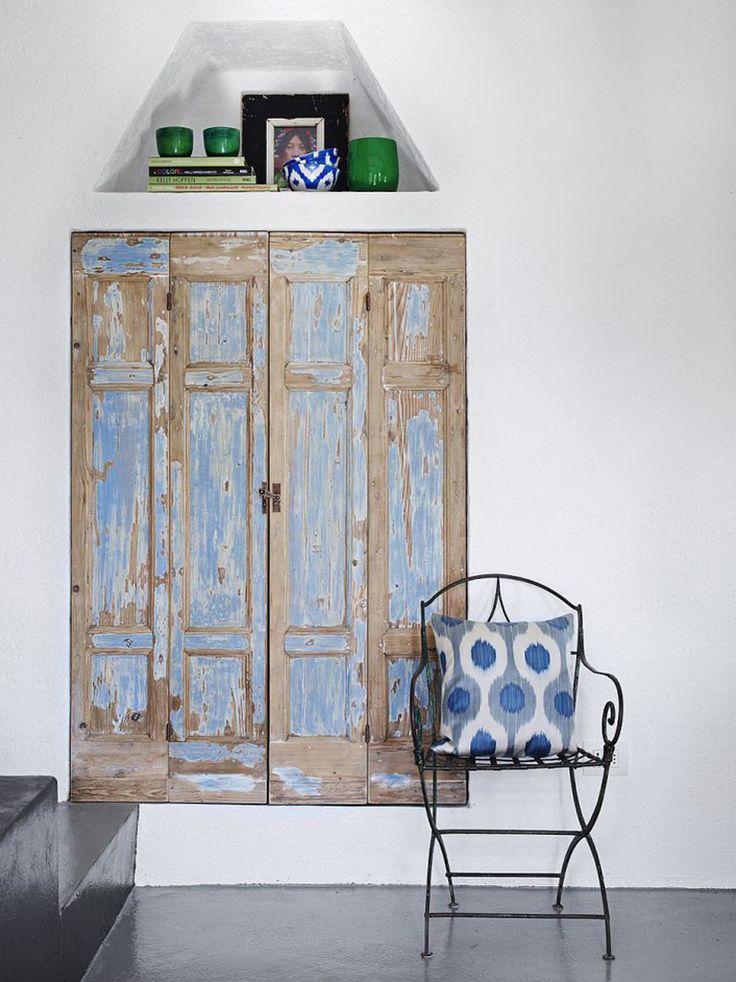Старые деревянные двери добавляют интерьеру рустикальности.  (средиземноморский,средиземноморский интерьер,средиземноморский дом,средиземноморский стиль,деревенский,сельский,кантри,архитектура,дизайн,экстерьер,интерьер,дизайн интерьера,мебель,хранение,гардероб,шкаф,комод) .