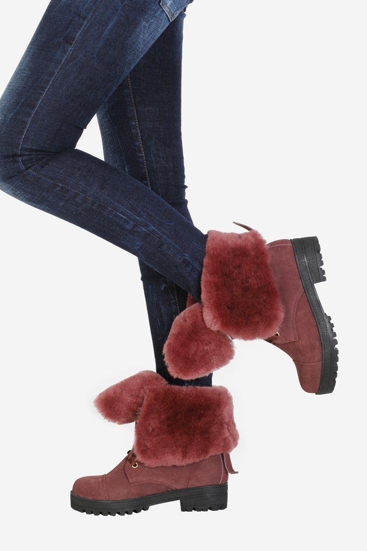 Ботинки JIMMY CHOO. Артикул 020-052-0001. Размеры 35-39. Ботинки JIMMY CHOO вишнёвого цвета с вишнёвого цвета мехом, которые легко трансформируются в высокие ботинки, - идеальный вариант для зимы. Ботинки сделаны из натуральной замши, внутри - натуральный мех овчины. Замеры для размера 39 (европейский размер): Длина подошвы 26,5 см. Толщина подошвы 2,7 см. Высота каблука 4,5 см. Высота изделия (замер от пола): подвернутые - 20 см, развернутые 27 см. Стоимость  9715 руб.