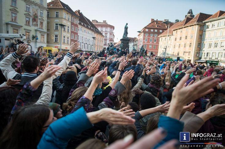 """Am Freitagnachmittag  veranstaltete die Antidiskriminierungsstelle Steiermark, die Tanzschule Conny & Dado sowie das Etc Graz gemeinsam am Grazer Hauptplatz einen Tanz-Flashmob gegen Rassismus und Diskriminierung und für ein wertschätzendes und tolerantes Miteinander!  """"#Flashmob #against #racisms & #discrimination"""" """"#Grazer #Hauptplatz"""" """"#Antidiskriminierungsstelle #Steiermark"""" """"#Tanzschule #Conny & #Dado"""" """"#Etc #Graz"""" """"#Tanz-#Flashmob #gegen #Rassismus #und #Diskriminierung""""…"""