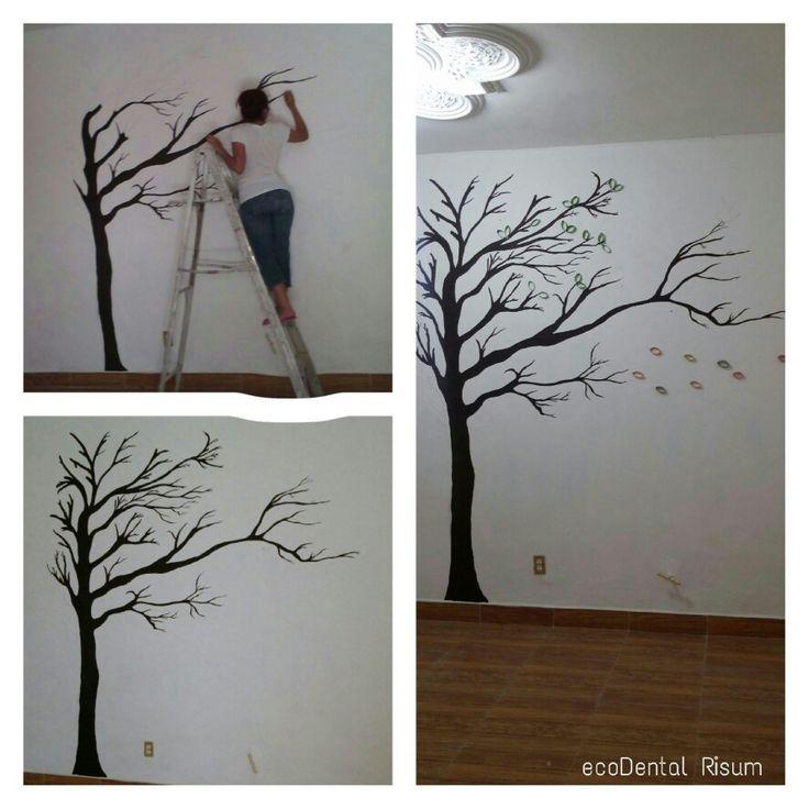Creando un arbol en la pared. 1.Realiza el dibujo de tu arbol con lapiz. 2.Pintalo usando pintura cafe vinil acrilica mezclada con resistol para darle brillo 3.Usa pinceles de diferentes tamaños  4. Para las hojas use rollitos de papel higienico pintados.