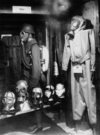 1932 - Fabrique de masque à gaz à Berlin : un équipement complet et quelques spécimens de gaz. Photographie de presse : Sennecke