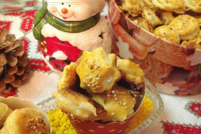 Retete Culinare - Biscuiti de Craciun cu cascaval si susan