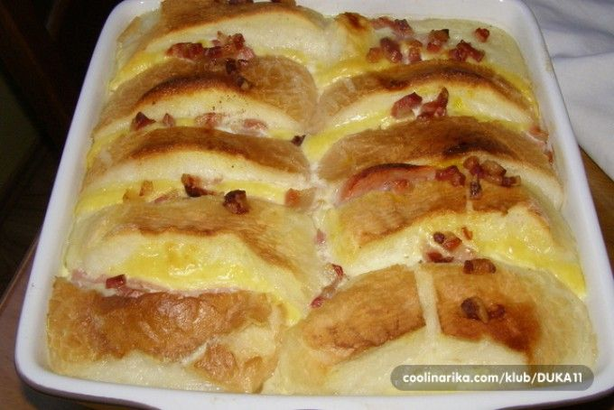 Švýcarský prokládaný sendvič se sýrem, šunkou a slaninou