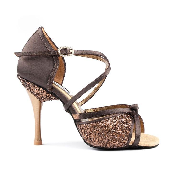 Betagende og smuk latin dansesko udført i brun satin fra PortDance. PD801 Pro Premium er en kvalitets-dansesko som er absolut anbefalelsesværdig. Forhandles hos Nordic Dance Shoes: http://www.nordicdanceshoes.dk/portdance-pd801-pro-premium-brun-satin-dansesko#utm_source=pin