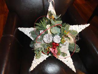 kerstbakje maken met dennenappel, besjes, draad in een kleur