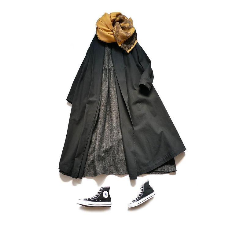 [si-si-si]のウールリネンヘリンボーンVネックワンピースとコットンツイルのロングコートのご紹介です ワンピースコート共にここまで生地を使いますかと言うほど贅沢なボリュームビッグサイズでリラックス感も高く厚手のニットなど窮屈さを感じることなく合わせることができる コートはコットン素材であることから春夏までロングスパンで着用できるのも嬉しい前を開けてゆるく羽織っても様になり閉じたい時はベルトやブローチなどを使ってアレンジするのもおすすめ ワンピはウールを使ったふわふわとしたエアリータッチで可愛らしい印象がありながらもVに開いた首元が大人っぽさも兼ね備えたマルチなデザインタートルネックで雰囲気を変えてみるのも楽しいこちらのアイテムはウェブショップにて掲載中です
