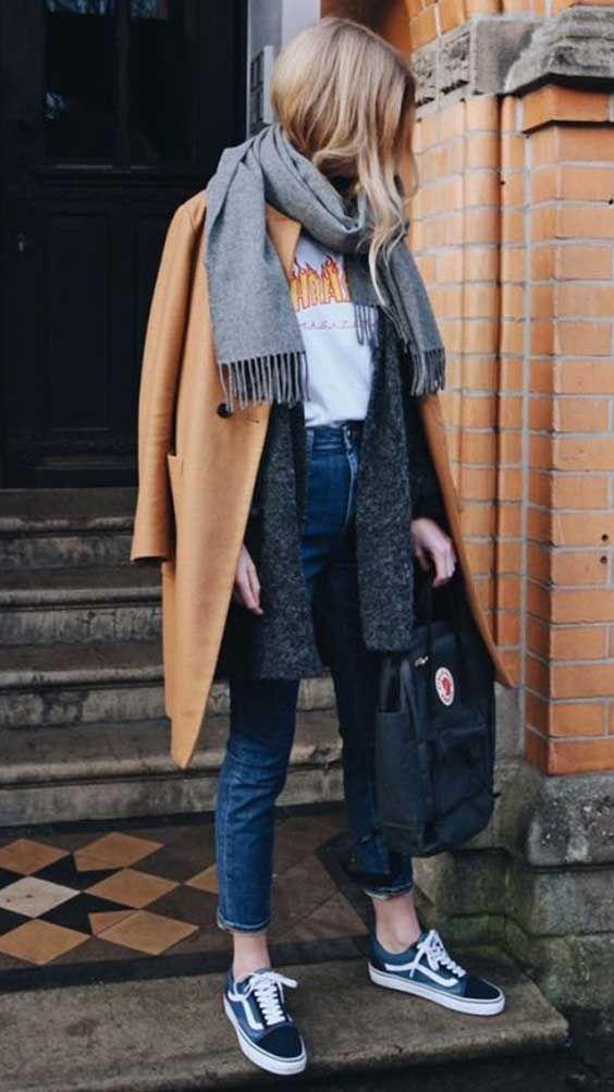 Look com calça jeans skinny, camiseta vintage, tricot alongado, overcoat e cachecol.