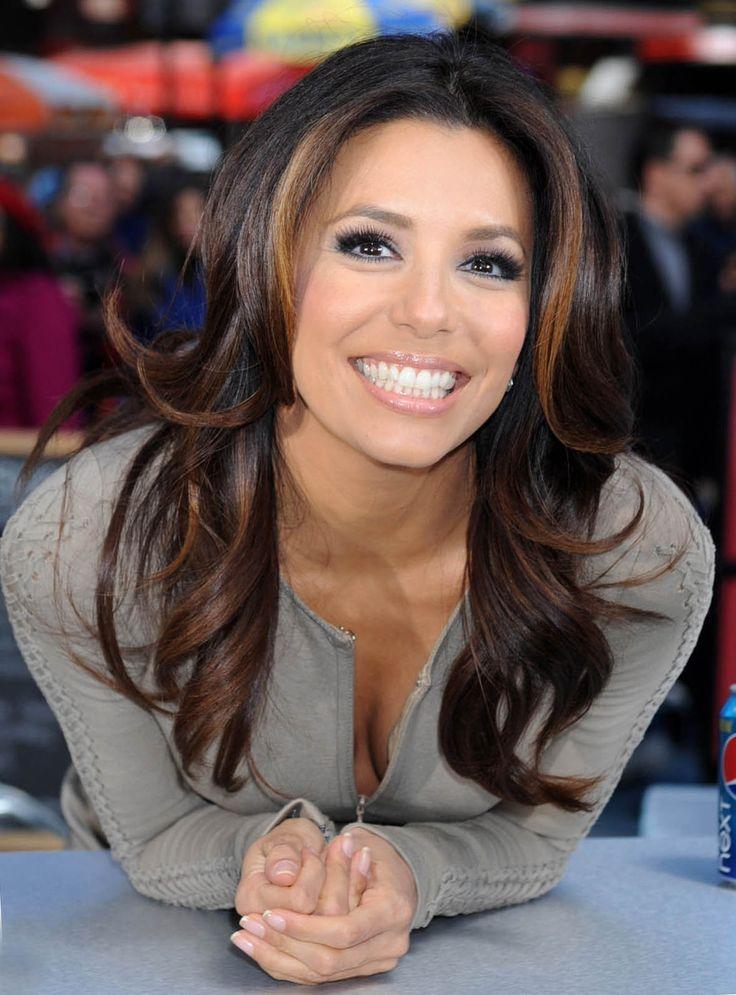 Paula es muy bonita y tiene un negro pelo.