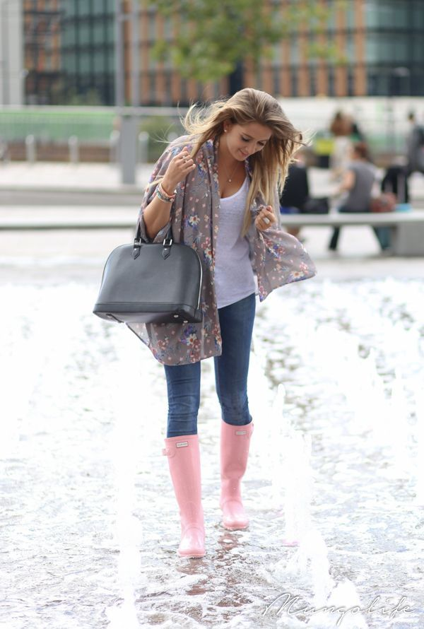 Look de moda: Camiseta sin Manga Blanca, Vaqueros Pitillo Azul Marino, Botas de Lluvia Rosadas, Bolsa Tote de Cuero Gris Oscuro