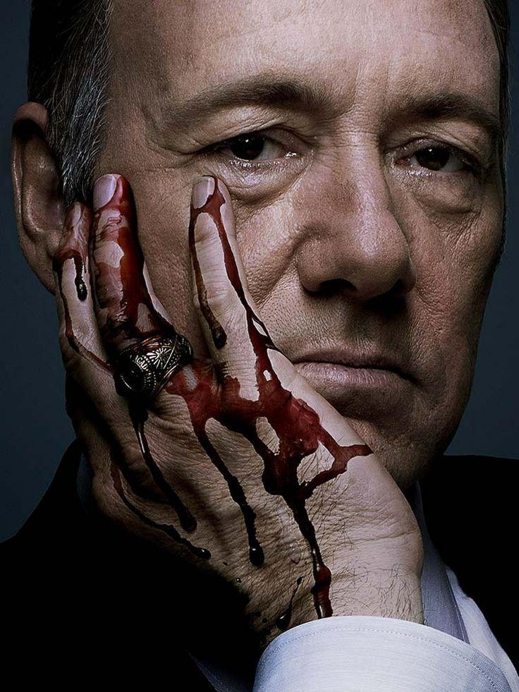 House of Cards . J'aime bien quand Underwood balance la journaliste sous le métro , quel rasoir cette gamine . Sinon , ces petits meurtres entre amis est trop shabby chic .