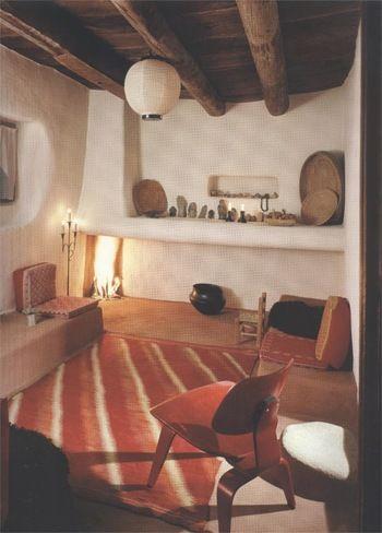 角がとれた有機的な形の白壁に、民芸品やフォークロア調の小物が並んでいます。