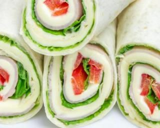 Wraps poulet, crudités et emmental léger : http://www.fourchette-et-bikini.fr/recettes/recettes-minceur/wraps-poulet-crudites-et-emmental-leger.html