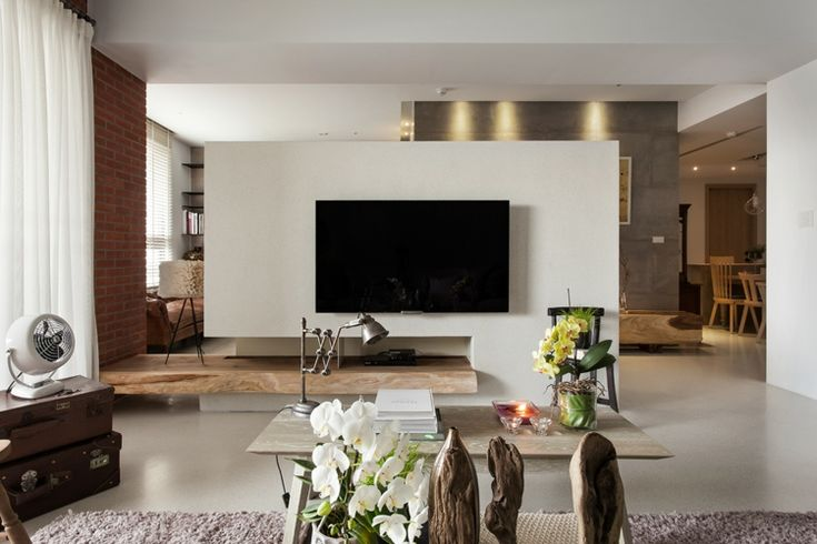 Ein minimalistischer Stil in Weiß und Holz für die Wohnwand im