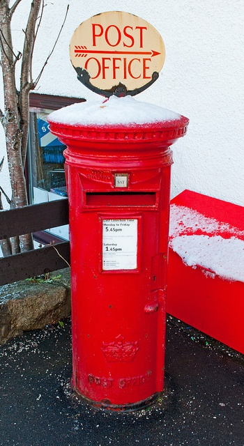 This is a Scottish Elizabeth postbox, you can tell because there is only a crown. This is because there never was a Scottish queen Elizabeth