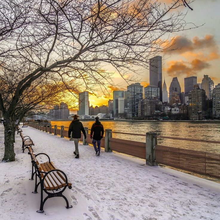 Sunset over Manhattan. View from the East River Promenade on Roosevelt Island by @nyclovesnyc via Twitter