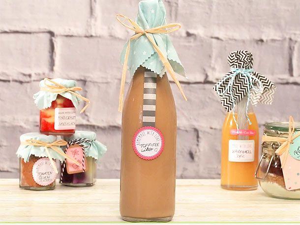 Selbst gemachte Geschenke wie der cremig-süße Toffifee-Likör sind ein tolles Mitbringsel für viele Gelegenheiten. So gelingt die Zubereitung.