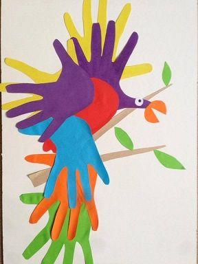 un #perroquet avec des empreintes de mains découpées #empreintes #mains #caboucadin