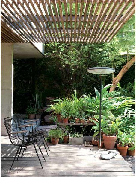 Love the slatted overhang above the patio/deck, and the lush container garden | La maison d' Alejandro Rosuti Kotti, Buenos Aires