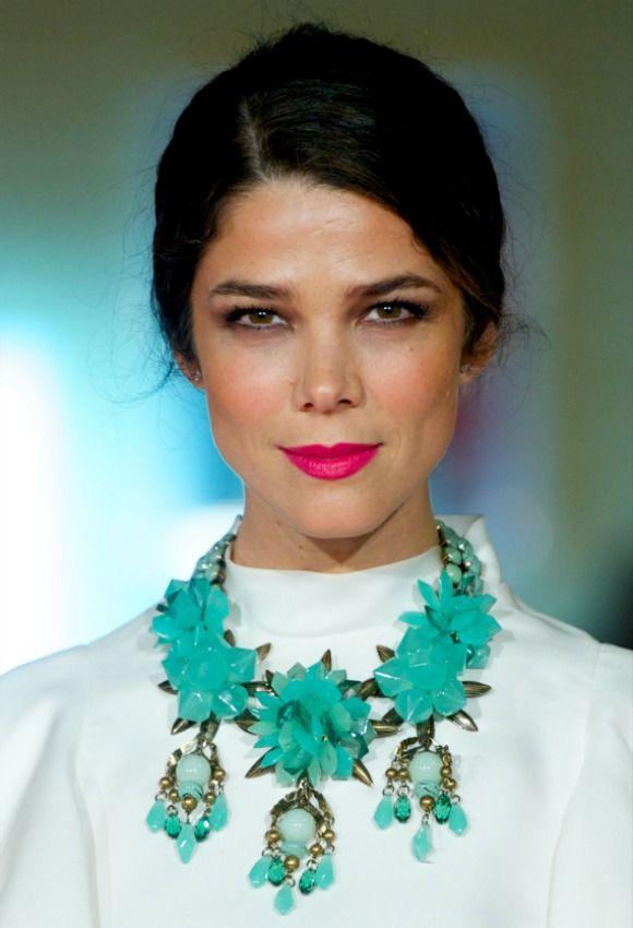 Juana Acosta muestra la combinación de dos colores favorecedores: el turquesa y el fucsia