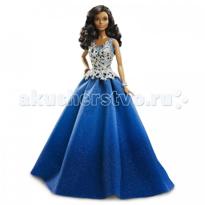Barbie Праздничная кукла Барби в синем платье  Праздничная кукла Барби в синем платье – шикарный подарок для маленькой модницы.   Пышная юбка, переливающаяся блестками, доходит до пола. Серебристый корсет весь покрыт узорами.   Дополняет наряд блестящий широкий браслет.   Роскошные длинные вьющиеся волосы куклы отлично сочетаются с ее смуглой кожей и аккуратным макияжем на лице.   Одна рука куклы немного согнута и опущена на бедро.   Кукла выполнена из пластмассы высокого качества. Руки и…