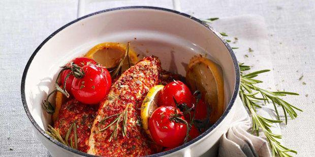 Курица, приготовленная с лимоном, помидорами и травами, получается очень сочной и ароматной. Вам остается только выбрать гарнир и чудесный обед или ужин готов.