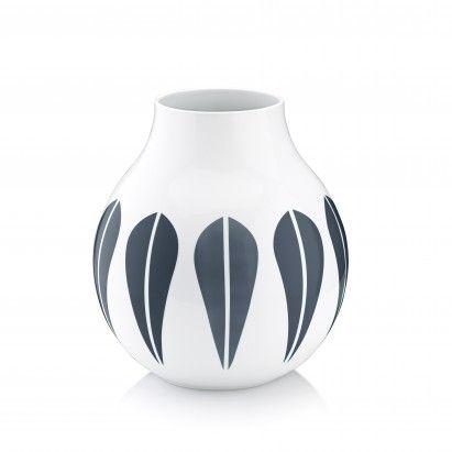 Lucie Kaas lanserer nå vaser med det ikoniske lotus mønsteret. Mønsteret ble designet av den norske kunstneren Arne Clausen i 1963, og ble en stor skandinavisk suksess. Lotus vasene holder det samme nøytrale formspråket som resten av Arne Clausen Collection. Den enkle formen og det fine hvite porselenet skaper en naturlig kontrast til det iøynefallende og grafiske mønsteret. Resultatet er en harmonisk vase som forener det historiske mønsteret med moderne designtradisjon. Vasen kommer...