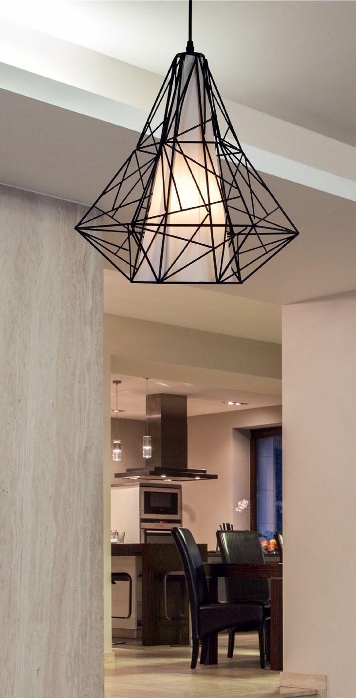 Nowoczesna lampa wisząca Skeleton jest to połączenie metalowej oprawy z plastikowym kloszem. Całość doskonale prezentuje się w dizajnerskich wnętrzach tworzonych z gustem i zaangażowaniem.