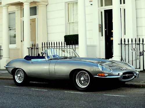 1961 Jaguar E-type a 60-as évek angliájából. Egy autó, ami 54 év után is jól néz ki.
