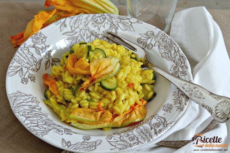 Un risotto dal gusto molto delicato quello con fiori di zucca e zafferano. Ideale da preparare in estate quando i fiori di zucca sono nel pieno della loro stagione.