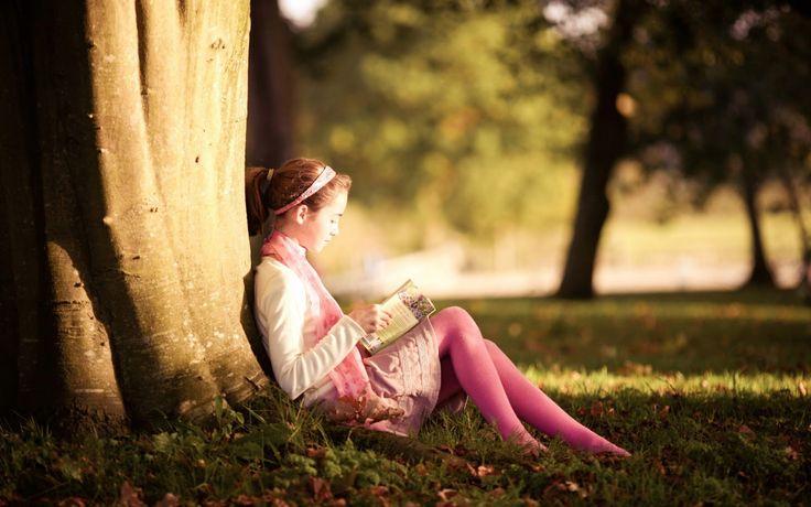 """¿A qué edad debe aprender a leer o escribir un niño? ¿lo antes posible? La respuesta es bien sencilla: un """"NO"""" rotundo y enorme con luces parpadeantes. Es evidente que funcionalmente no lo necesitan. Leer libros se los podemos (y debemos) leer (o contar, que no es lo mismo) los padres y maestros, y para jugar y aprender no les hace ninguna falta. ¿Qué más tiene que hacer un niño de infantil? No necesitan saber leer ni escribir para comer, dormir ni divertirse. Entonces, ¿para qué tanta…"""