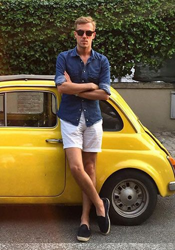 【夏】デニムシャツ×白ショーツ×黒エスパドリーユの着こなし(メンズ)   Italy Web
