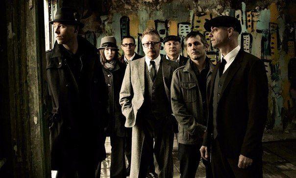 Flogging Molly – американская фолк-панк-группа из 7 человек под предводительством ирландца Дэйва Кинга.