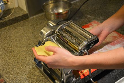 Hjemmelavet pasta: Pladerne køres igennem pastamaskinen og bliver fladere og fladere