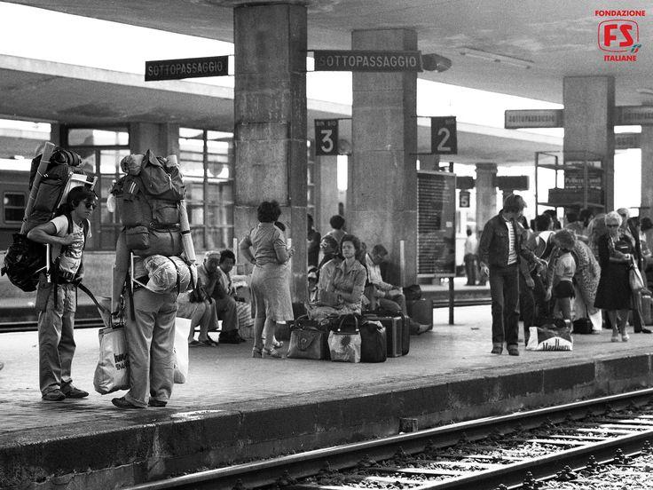 Viaggiatori in partenza dalla stazione di Rimini (1980)