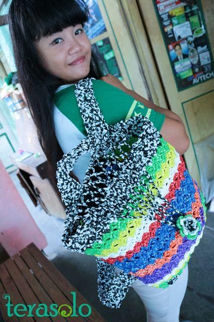 Tak hanya tas tenteng, Nur Aii jugabisa membuat beragam kreasi tas plastik rajutnya seperti tas punggung ini. Tas-tas ini dijual dengan kisaran harga Rp100.000 tergantung ukuran dan model.