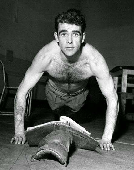 Sean Connery haciendo flexiones mientras lee