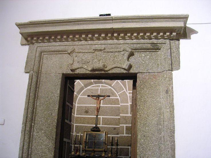 Acceso a la sacristía de la iglesia de Hinojosa de San Vicente (Toledo). Pedro de Tolosa realizó esta sacristía entre 1560 y 1564. La fecha de terminación aparece inscrita en el cartón de la puerta. http://bloghistoriadelarte.wordpress.com/2013/01/11/pedro-de-tolosa-y-la-sacristia-de-hinojosa-de-san-vicente-toledo-pedro-de-tolosa-and-the-sacristy-of-hinojosa-de-san-vicente-toledo/
