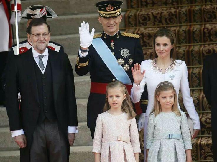 Coroação do novo jovem casal Real Filipe VI e D.Leticia Ortiz com as pequenas infantas das Asturias Leonor e Sofia.