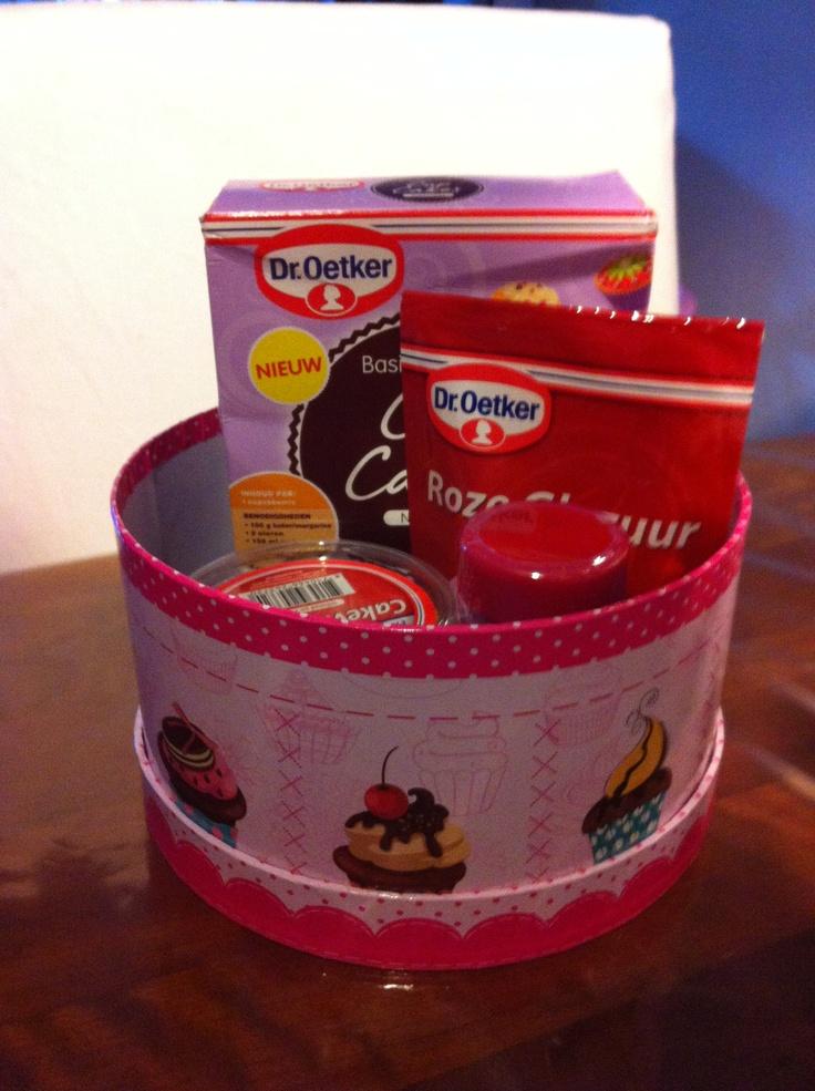 Een cupcake pakket voor de juffen, nog een folie eromheen en klaar!