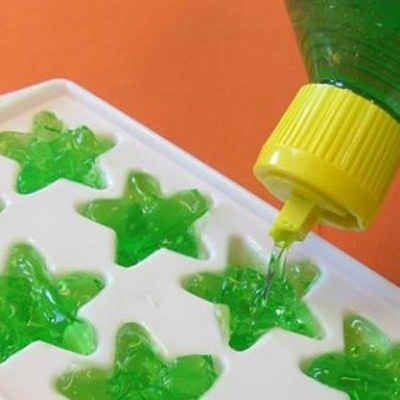 Friere Aloe Vera in Eiswürfel-Behältern ein, um Sonnenbrand schnell zu kühlen.