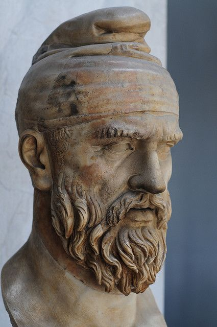 Tarabostes (noble) with known hat, bushy beard he is elegantly arranged, has short hair and head back slightly frowned. His gaze is straight, slightly prominent cheekbones, the whole appearance denotes intelligence and determination. About this bust was told a long time, it would be the great king himself Decebal(Muzeul Vatican).