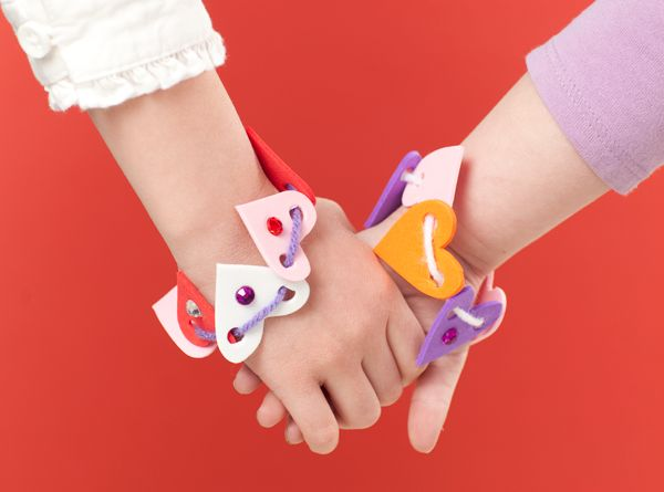 Heart Foam Bracelets Make and Takes for #Kids Book makeandtakes.com #Valentine