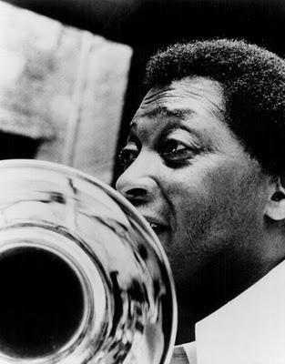 Curtis Fuller. Curtis DuBois Fuller (nacido el 15 de diciembre de1934 en Detroit) es un músico estadounidense de jazz especializado en el trombón. Ha sido miembro destacado de los Art Blakey's Jazz Messengers y ha participado en muchísimas grabaciones de jazz, acompañando a músicos de gran renombre.  http://en.wikipedia.org/wiki/Curtis_Fuller  http://www.apoloybaco.com/curtisfullerbiografia.htm