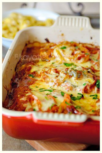 Creamy Chicken Picasso 4 chicken breasts 2 medium onions 3 bell peppers 2 large garlic cloves 14oz can diced tomatoes (pomodori) 1 vegetable bouillon cube grated cheese (melting cheese) 1 tbsp Italian herbs 1/2 cup water 1/2 cup cream 2 tbsp oil 1 tbsp butter pinch nutmeg pepper salt