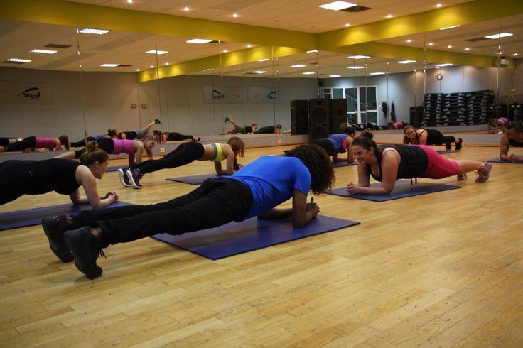 BODY WORKOUT - to trening ogólnorozwojowy, który dodatkowo zawiera wydłużony czas ćwiczeń rozciągających. Zatem można uznać, iż Body Workout to doskonale skomponowany zestaw ćwiczeń, ponieważ po całym dniu pozwala się odstresować jak również rozluźnić i wyciszyszyć. Na czym polega? Są to proste, intensywne i skuteczne ćwiczenia, oparte na podstawowych ruchach. Body Workout to zajęcia, które mają na celu wzmacnianie, kształtowanie i rzeźbienie wszystkich partii mięśniowych naszego ciała.