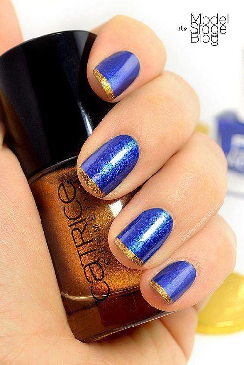uñas cortas azules con dorado