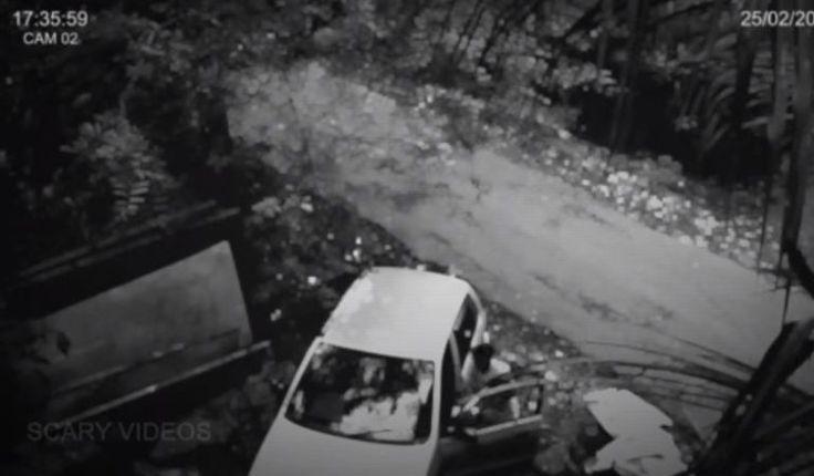 (adsbygoogle = window.adsbygoogle    []).push();   Lo que vemos en este video paranormal es a un adolescente siendofísicamente atacadopor una fuerza fantasmal. El video fue capturado por una cámara de seguridad CCTV. ¿Auténtica actividad paranormal? Parece que este chico estaba...