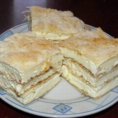 Nosztalgia Krémes!! Hozzávalók : fél kiló levelestészta 3 tojásból főzött krém (3 tojássárgája ,3 ek liszt ,tej) fél liter tejszin porcukor A 3 tojássárgájához adj 3 pupos ek. lisztet, keverd ki majd tejjel higitsd palacsintatészta sürüre , lassu tűzön főzd mig puding sűrűségü nem lesz. Hagyd teljsen kihűlni. Cukrozd be a krémet. A leveles tésztát oszd öt részre nyujtsd ki süsd meg ( 15-20 prc 200fokon) A hideg főzött krémbe keverd bele a felvert tejszint és kend rá a a lapokra.